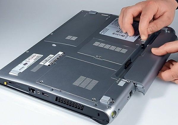 Вытаскиваем батарею ноутбука